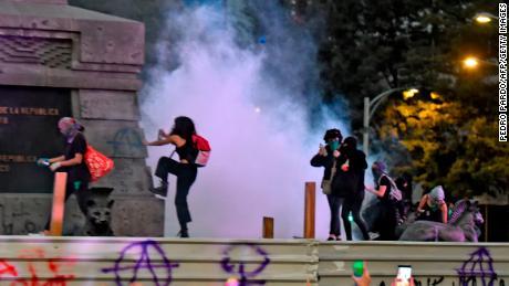 Así Ven Algunas Mexicanas Los Actos De Vandalismo Durante La Marcha Por El Día Internacional De La Eliminación Para La Violencia Contra La Mujer Cnn Video