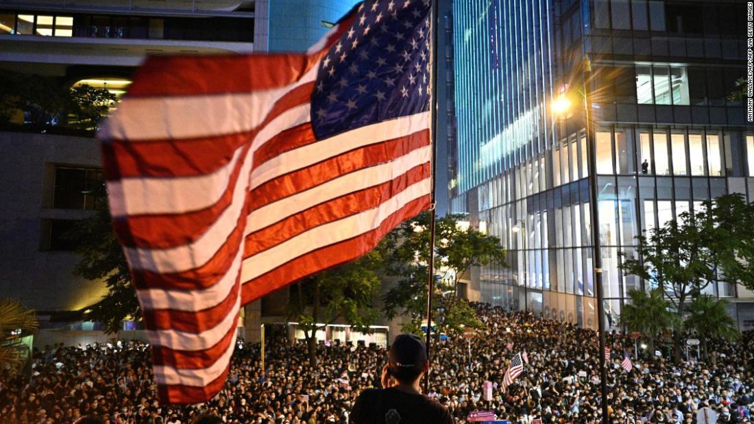 抗議者たちをお祝いの勝利の後、トランプ-標識の香港人権法
