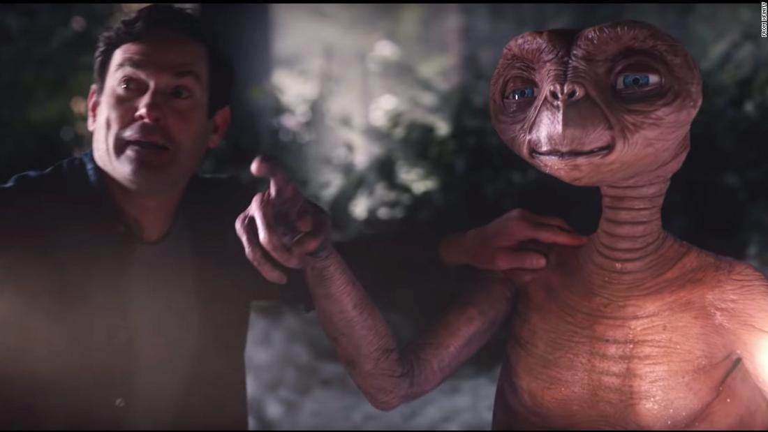 E. T. vereint mit Elliott und die Zuschauer in einem TV Werbespot zu Thanksgiving