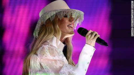 Ellie Goulding and... the hat... at the Dallas Cowboys' AT&T Stadium on Thursday.