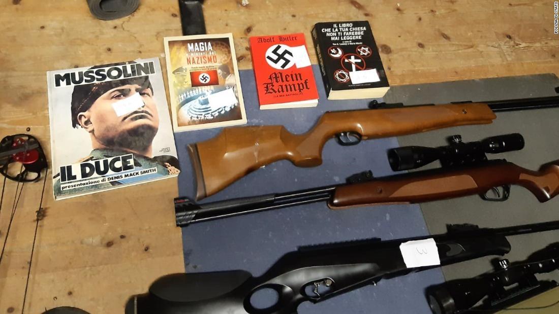 Polizei-Razzien entdecken Sie Nazi-propaganda und Waffen in Italien