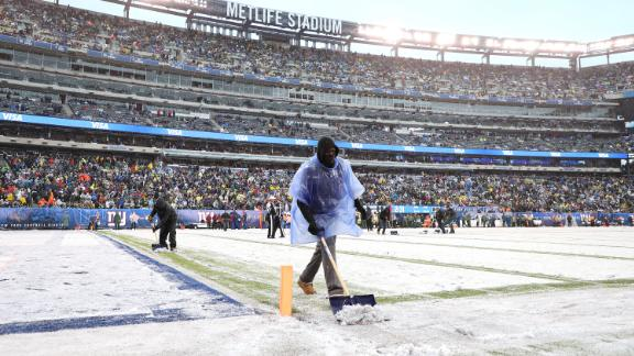 EAST RUTHERFORD, NEW JERSEY - DECEMBER 01:   Workers clear the line markers of snow during the game between the New York Giants and the Green Bay Packers at MetLife Stadium on December 01, 2019 in East Rutherford, New Jersey. (Photo by Al Bello/Getty Images)