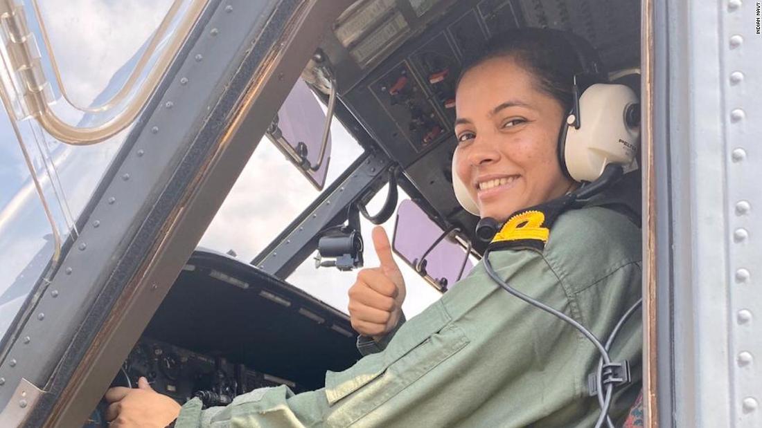 Ινδία ναυτικό παίρνει πρώτη γυναίκα πιλότος