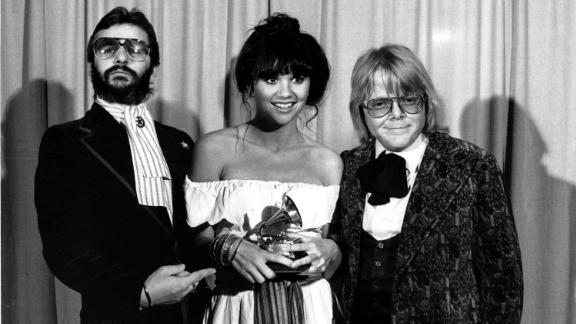 """Ronstadt is flanked by Ringo Starr, left, and Paul Williams after she was named best pop singer for her """"Hasten Down the Wind"""" album at the Grammys in 1977."""