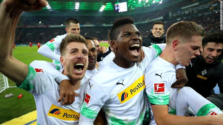 ผู้เล่น Borussia Monchengladbach เฉลิมฉลองชัยชนะกับบาเยิร์นมิวนิค