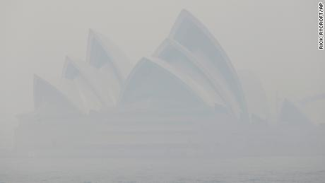 Thick bushfire smoke blankets Sydney, causing air pollution to rise 11 times above 'hazardous' levels