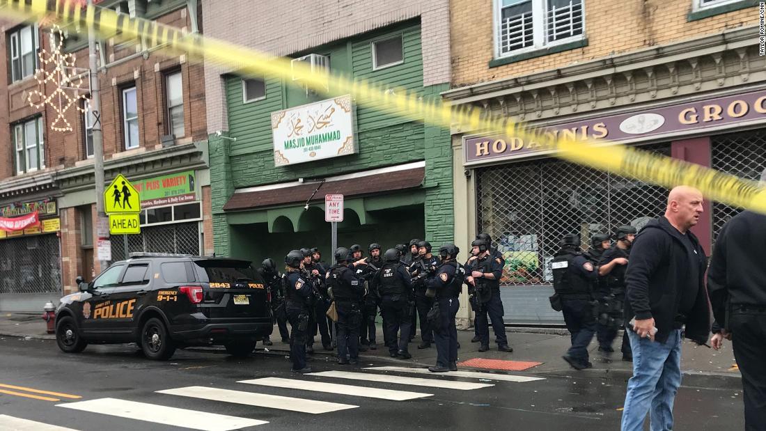 Überlebende des Angriffs auf eine in Jersey City koscheren Supermarkt kam der face-to-face-shooter, Berichte sagen