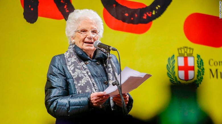 Liliana Segre prend la parole lors d'une manifestation contre le racisme à Milan.