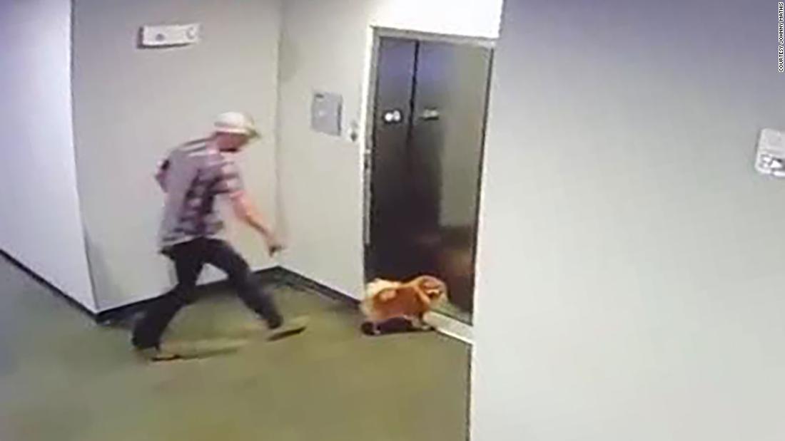 Video zeigt einen Mann, der die Rettung von Nachbars Hund nach seiner Leine steckengeblieben im Fahrstuhl Türen