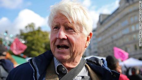 Stanley Johnson, tatăl primului ministru britanic, a criticat comentariile asupra femeilor-piloți care purtau burka