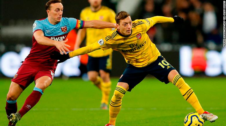 Mesut Ozil (L) ประจำการกับอาร์เซนอลกับเวสต์แฮมเมื่อวันที่ 9 ธันวาคม