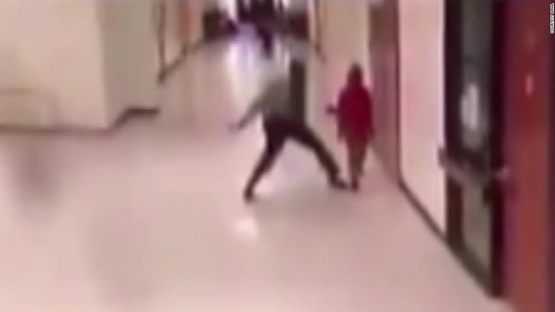 Το βίντεο δείχνει πόρων αξιωματικός slam παιδί στο έδαφος