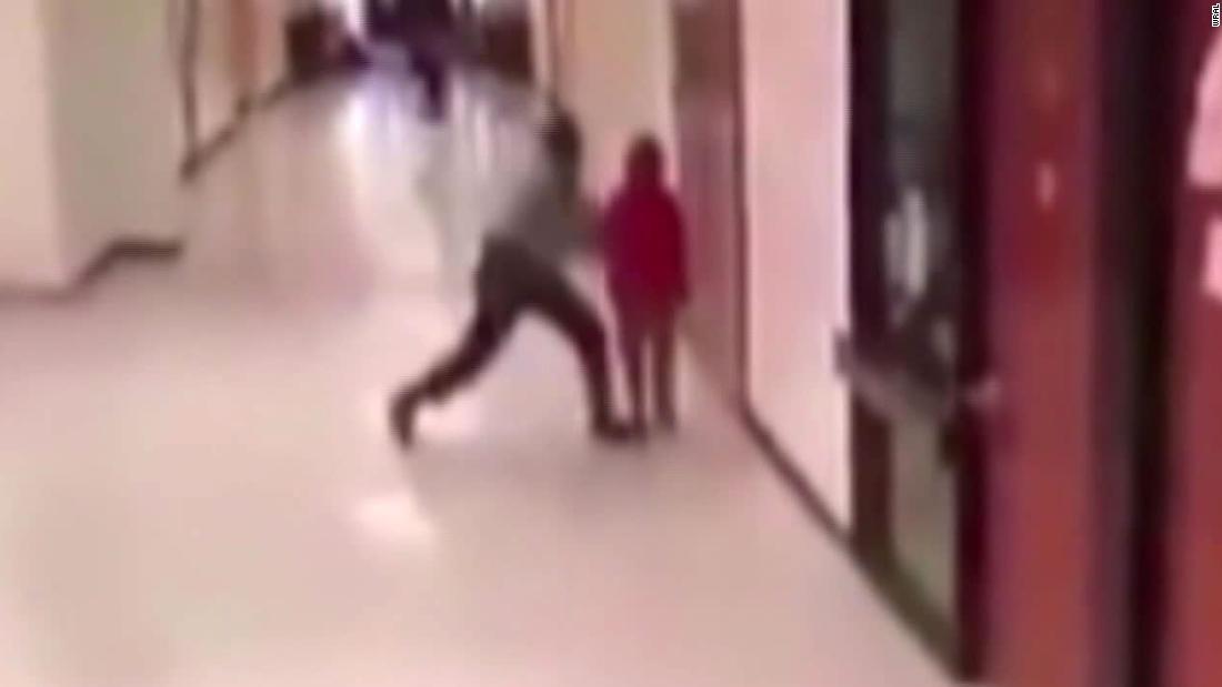 Το βίντεο δείχνει τη Βόρεια Καρολίνα των πόρων του σχολείου αστυνομικός χτυπά και σύροντας 11-year-old αγόρι