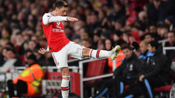 Mesut Ozil reacted angrily to be substituted during Sunday's EPL game.