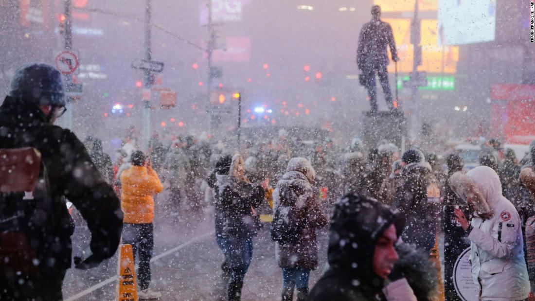 Χιόνι καταιγίδα καλύπτει τη Νέα Υόρκη στην ξαφνική χιόνι