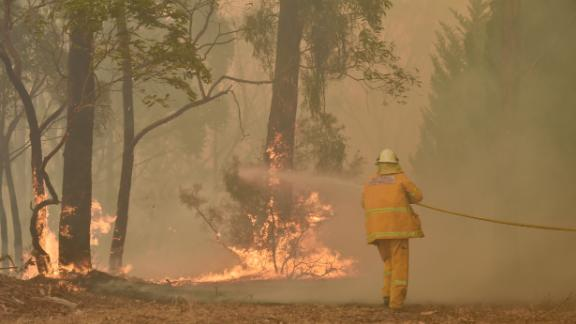 A fireman fights a bushfire to protect a property in Balmoral, 150 kilometres southwest of Sydney on December 19, 2019. - A state of emergency was declared in Australia