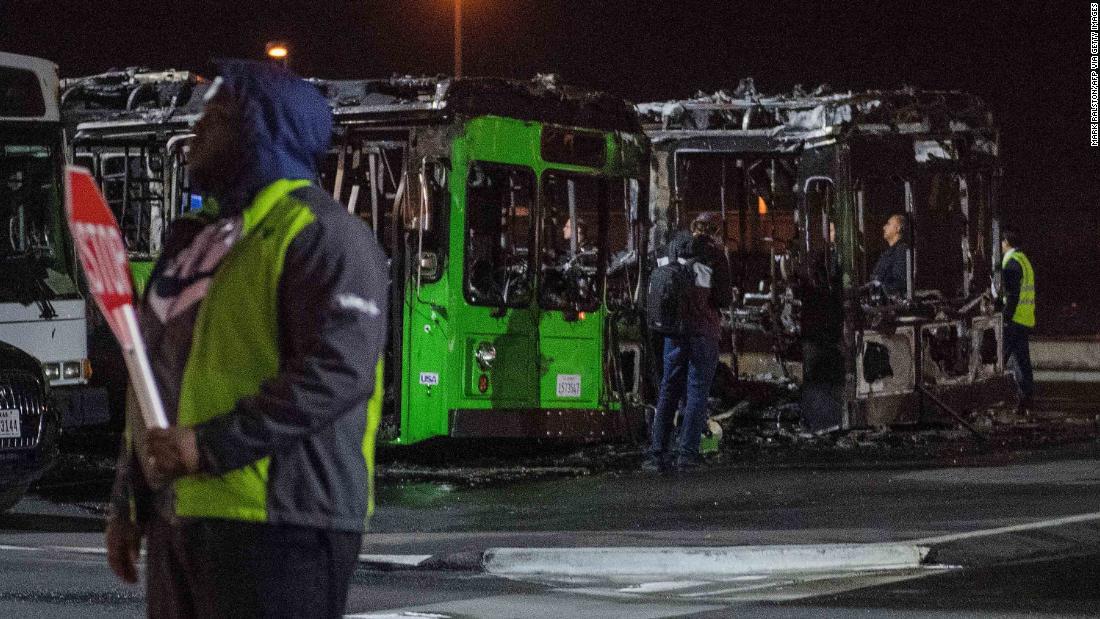 Μια διακοπή του διαδικτύου, καθυστέρηση αποσκευών και λεωφορείο φωτιά περίπλοκο το ήδη απασχολημένος με τα ταξίδια διακοπών σεζόν