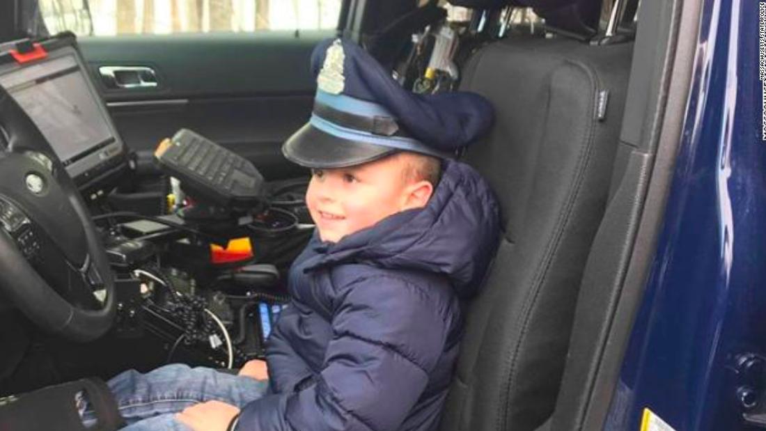 Αστυνομία έκπληκτος 4-year-old αγόρι για τα Χριστούγεννα, αφού η μητέρα του σκοτώθηκε