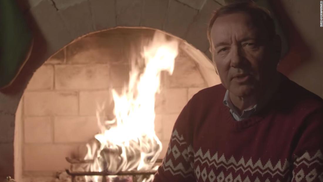 Δείτε τον Κέβιν Σπέισι είναι παράξενο Χριστουγεννιάτικο βίντεο