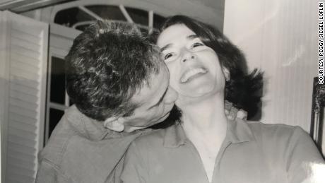 Cindy avait 46 ans lorsqu'elle a épousé David, qu'elle a rencontré lors d'un tournoi de bridge. Elle a dit que cela valait la peine d'attendre pour trouver son âme sœur.