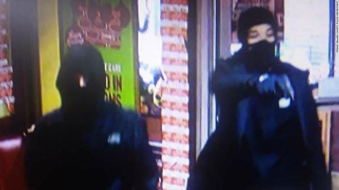 Αστυνομία συλλαμβάνει έναν ύποπτο σε εστιατόριο Denny του να σκοτώνει, αλλά το άλλο είναι ακόμα στο τρέξιμο