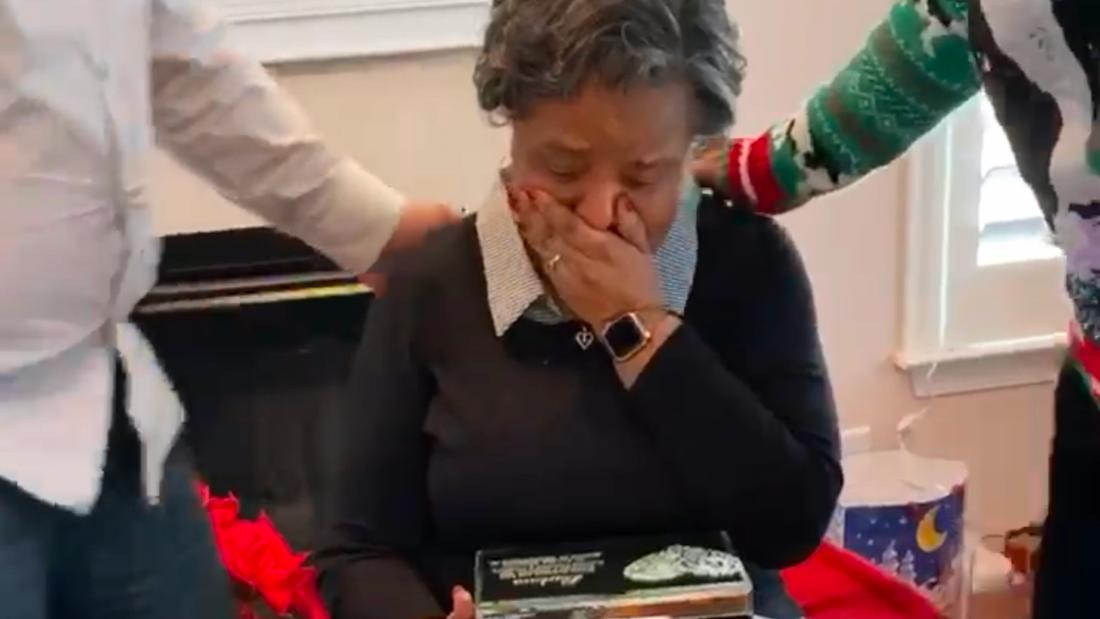 Μια γυναίκα θρηνεί την απώλεια του συζύγου της, παίρνει ένα όμορφο δώρο: Τα γράμματα που έστειλε πριν από 57 χρόνια