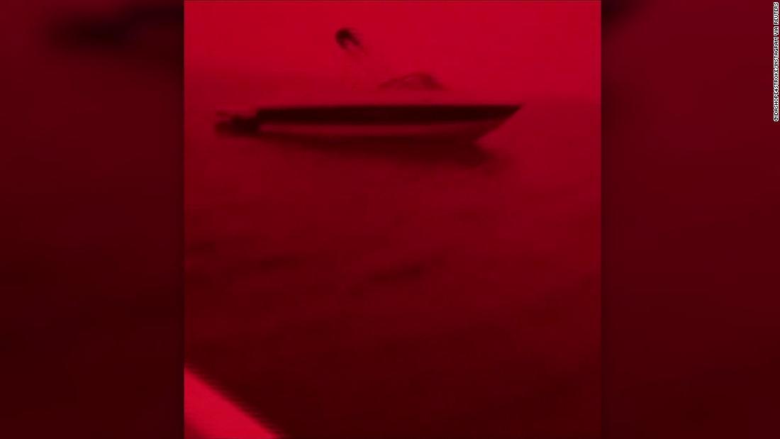 Waldbrände umliegenden australischen Strand biegen Himmel rot