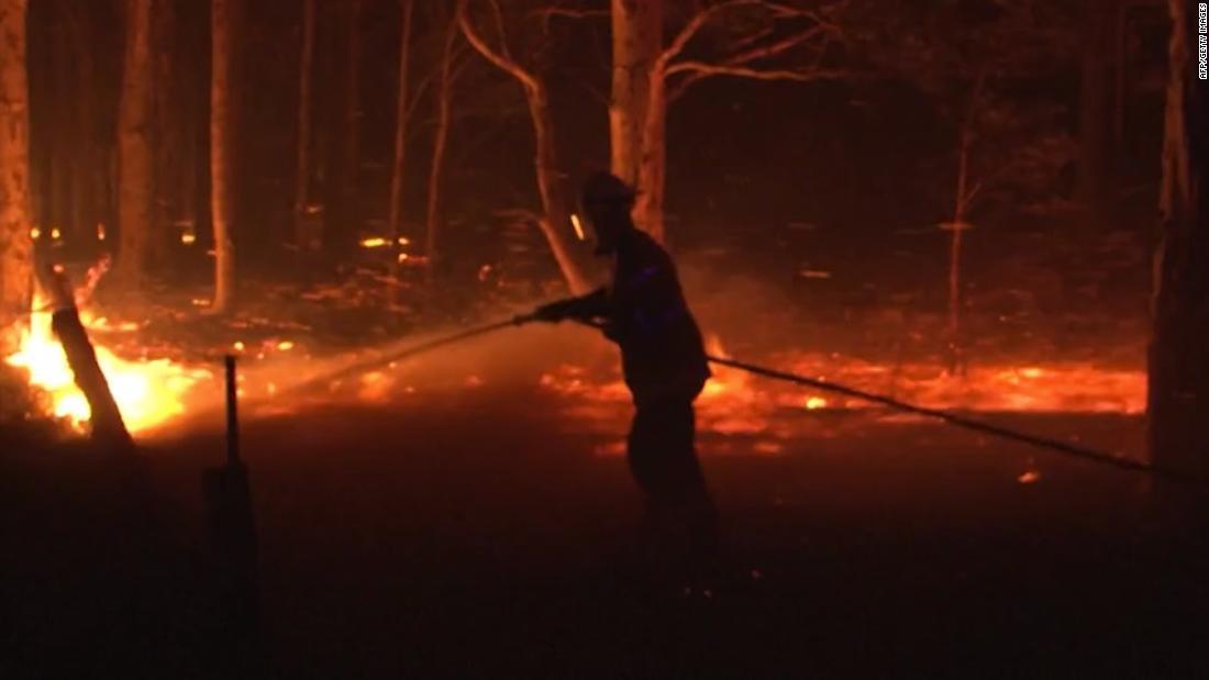 消防隊員の包囲として数千人が避難の中で火災