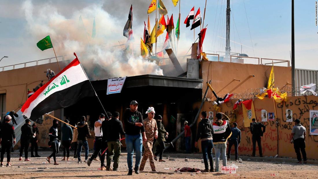 US-Botschaft Demonstranten getroffen, die mit Gummigeschossen und Tränengas