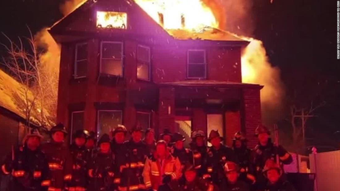 消防団の湯後のポージングのための写真の前で焼ホーム