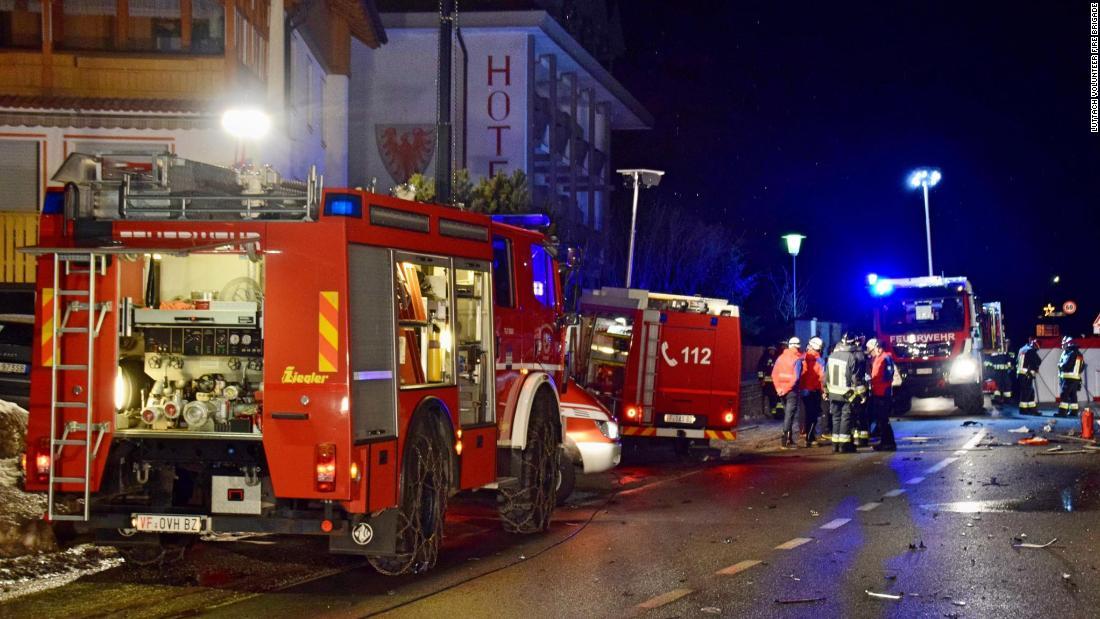六死後の車plowsにドイツの観光客はイタリア北部