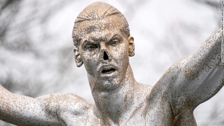 ก่อนหน้านี้ Vandals ได้ตัดจมูกของรูปปั้น
