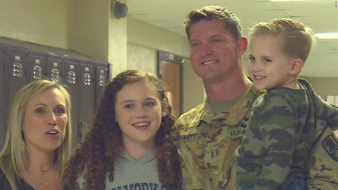 軍お父さん驚きの娘。 彼女の反応は貴重