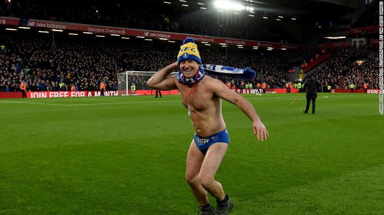 Speedo Mick เป็นแขกรับเชิญในการแข่งขัน FA Cup ระหว่างลิเวอร์พูลและเอฟเวอร์ตัน