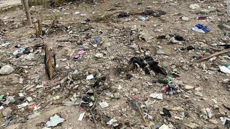 Puing-puing pesawat, termasuk barang pribadi korban