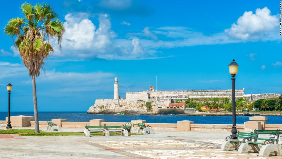 <strong>An island view.</strong> This Havana park has an incredible view of the castle and lighthouse of El Morro.