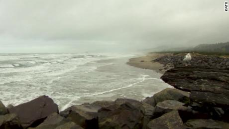 One child dead, one missing in Oregon after being swept out to sea with their father