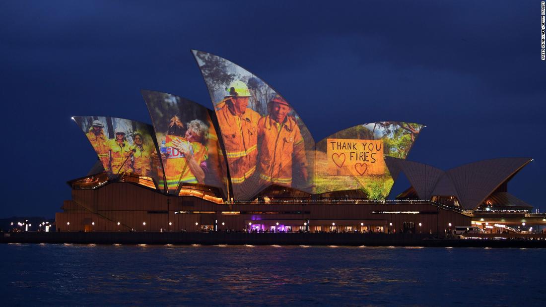 シドニーオペラハウスが点灯し、その帆動ュオーストラリア消防士