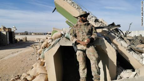 американский солдат при входе в бункер