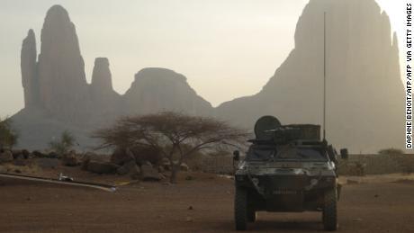 Un véhicule blindé français passe devant le mont Hombori le 27 mars 2019 dans la région du Gourma au Mali dans le cadre de l'opération française Barkhane.