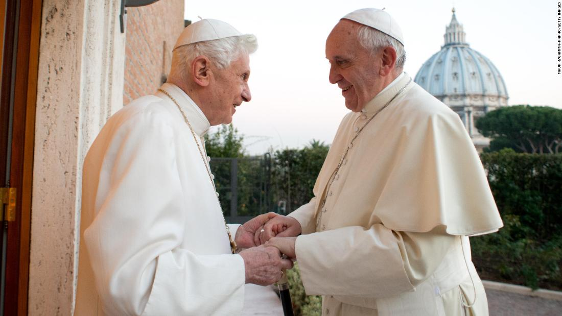 Pensionierte Papst distanziert sich von Buch gesehen, als eine Beschneidung Papst Franziskus