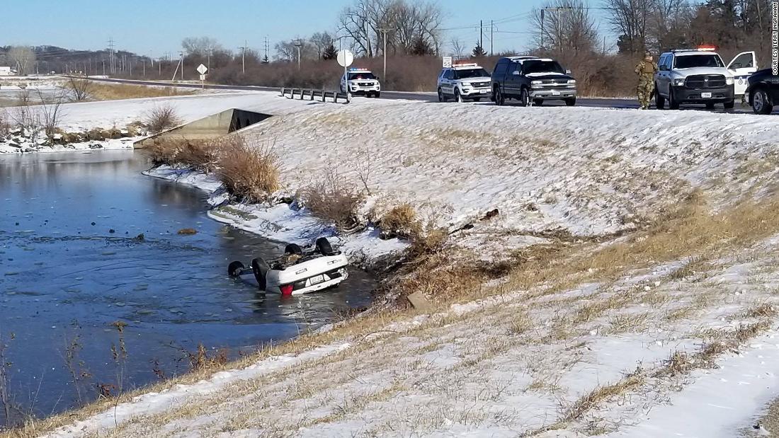 Ο άνθρωπος που δεν ξέρει κολύμπι άλματα σε παγωμένη λίμνη για να σώσει τους εφήβους, σε αναποδογύρισε αυτοκίνητο