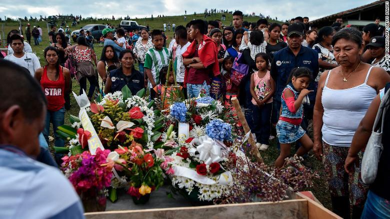 Родственники оплакивают смерть лидера общины, который был убит в районе Калото, Колумбия, в июле 2018 года.