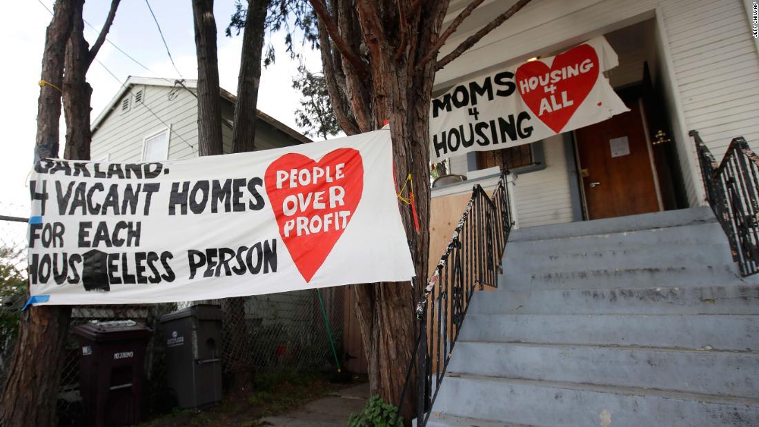 Obdachlose Mütter vertrieben von einem leerstehenden Haus, die Sie besetzen
