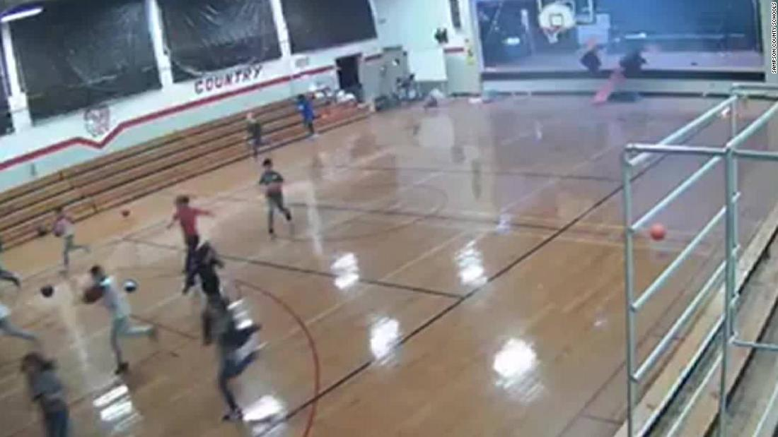 見た瞬間microburstを破棄学校体育館壁