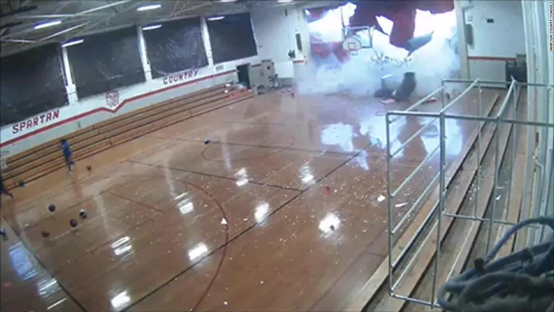 Βόρεια Καρολίνα φοιτητές έτρεξε προς την ασφάλεια, όπως μια καταιγίδα έσχισε χώρια τους το γυμναστήριο είναι στεγών και τοίχων