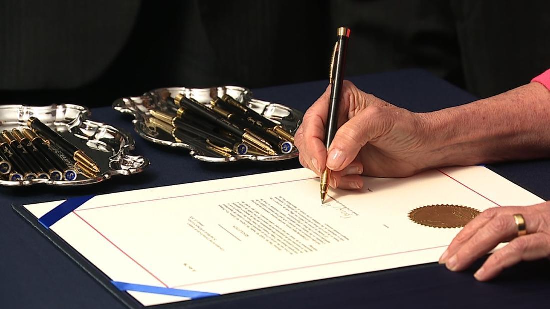 Pelosiので移動が署名と呼ばれるjarring