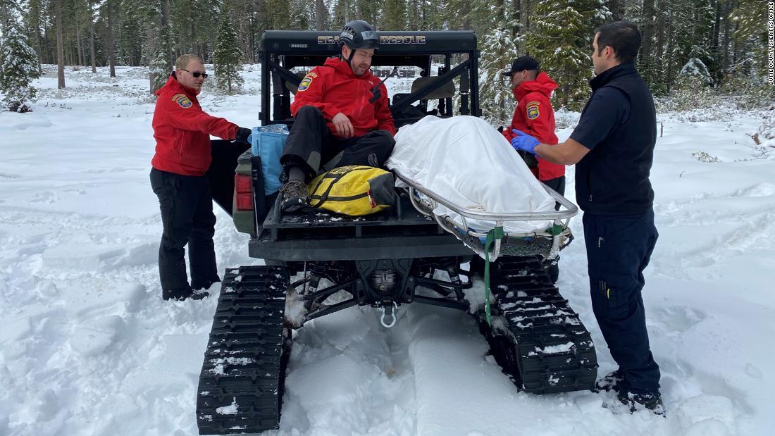 女性が生きていた雪で覆われている車両後のスキルを発揮できる環境には欠検索