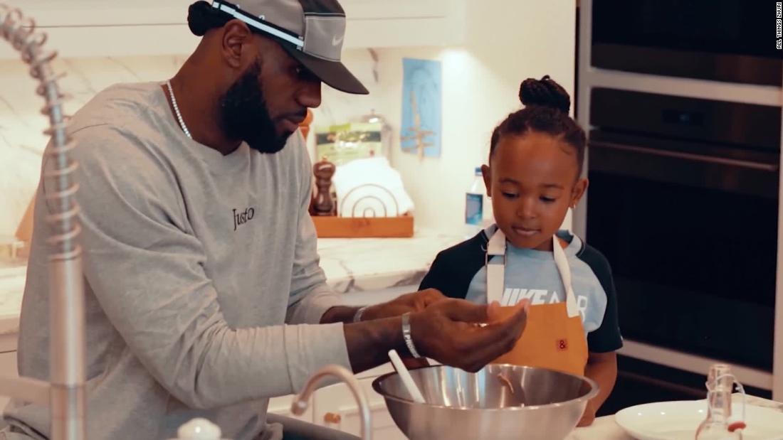 LeBron James spielt sous-chef für die 5-jährige Tochter