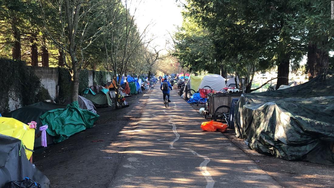 Ada mil panjang kamp tunawisma di California sepeda trail. Pejabat yang ingin dibersihkan